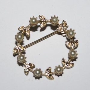 Vintage gold and pearl brooch 1 inch